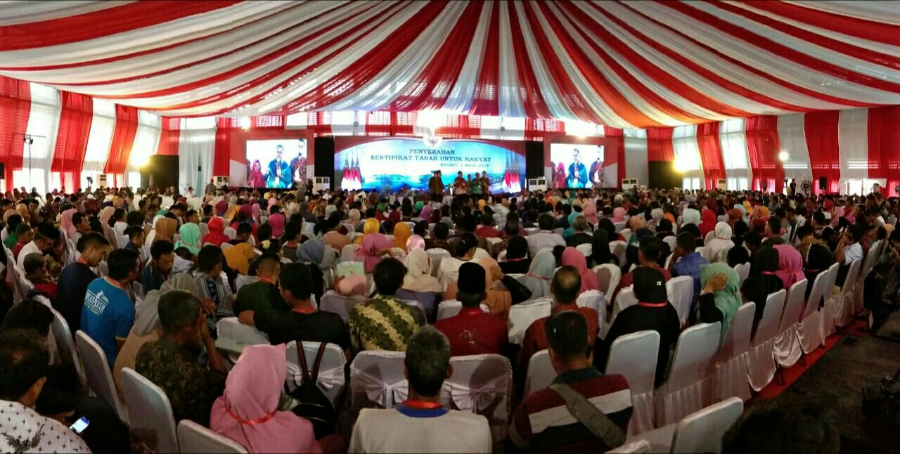 Forum penyerahan sertipikat tanah oleh Persiden Jokowi di Gedung Olah Raga Kendari, Foto : Hendriansyah.
