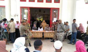 Para pedagang saat melakukan pencabutan lot untuk menempati lapak secara gratis di Pasar Modern Laino, Raha (Foto: Erwino/topiksultra.com)