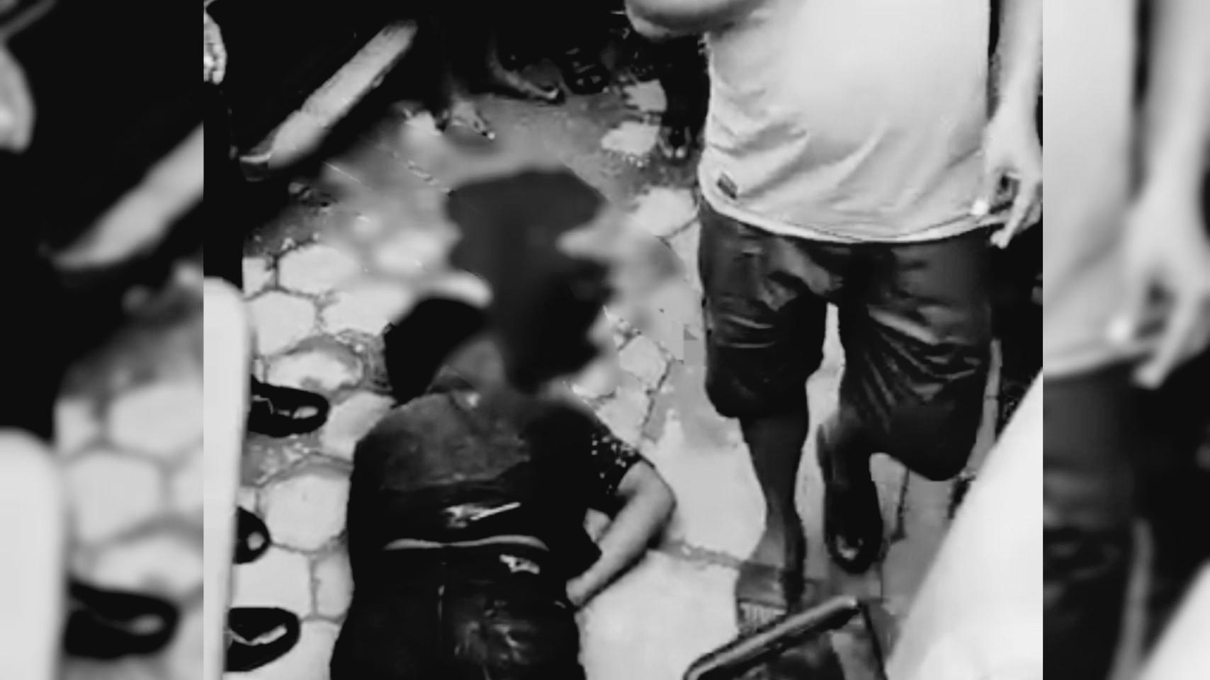 Pria diduga bunuh diri dari lantai tiga Maal Mandonga Kendari, (foto : scenshot video amatir warga)